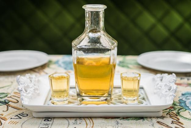 Caraffa con vodka al miele