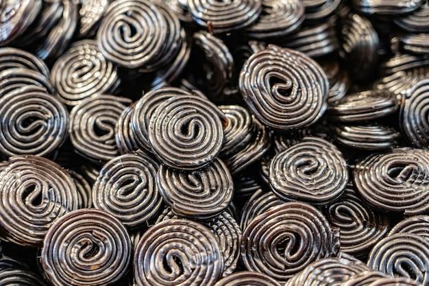 Caramella a spirale nera dolce