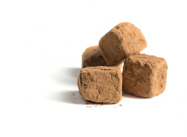 Caramella di cioccolato casalinga su fondo bianco