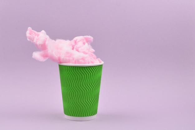 Caramella di cotone rosa brillante in bicchiere di plastica