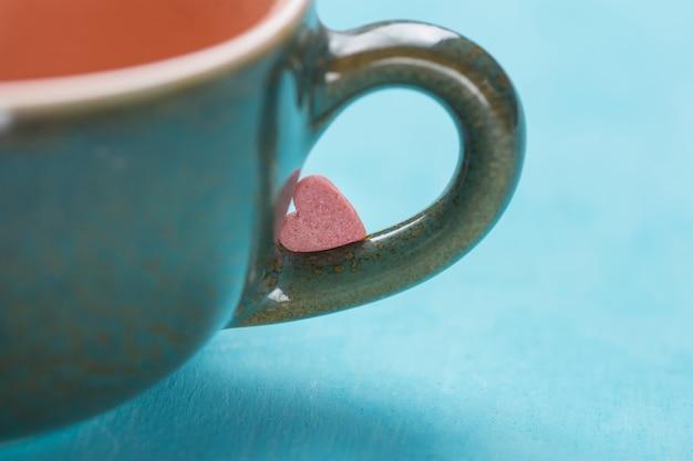 Caramella di zucchero a forma di cuore rosso rosa