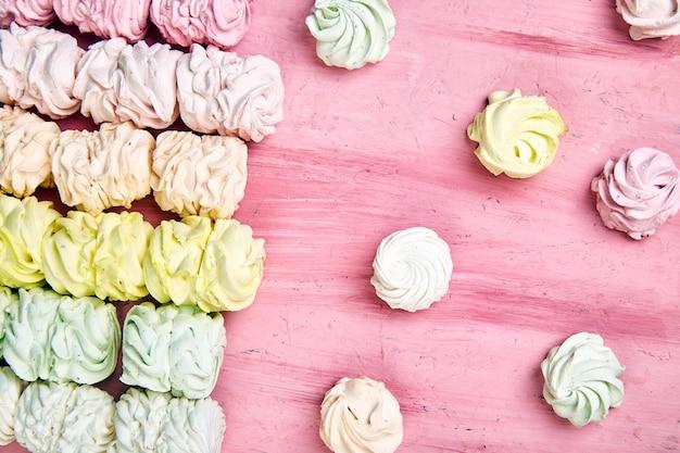 Caramella gommosa e molle casalinga dolce, fondo dallo zefiro pastello multicolore
