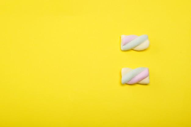 Caramella gommosa e molle di candy che compone sul giallo.