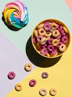 Caramella gommosa e molle e ciotola di vista superiore del cereale