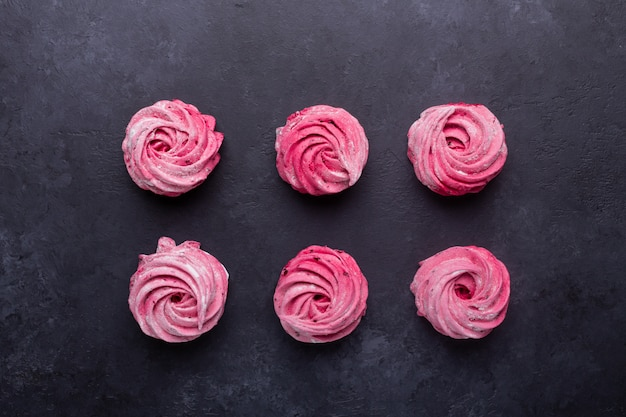 Caramella gommosa e molle rosa casalinga su una pietra nera