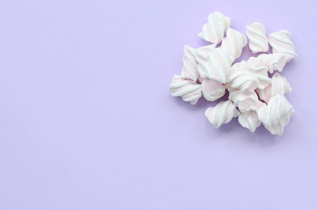 Caramella gommosa e molle variopinta presentata su fondo di carta viola