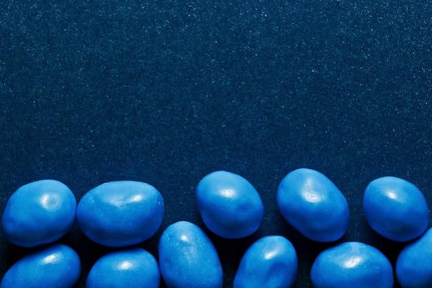 Caramella su colore blu classico con copyspace