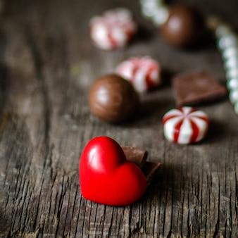 Caramelle al cioccolato e decorazioni a cuore