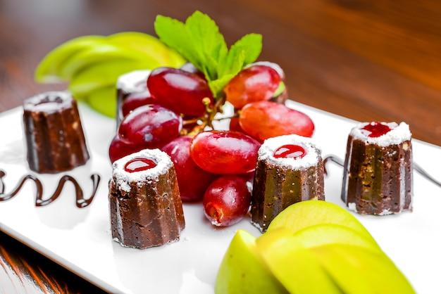 Caramelle al cioccolato e frutti di bosco