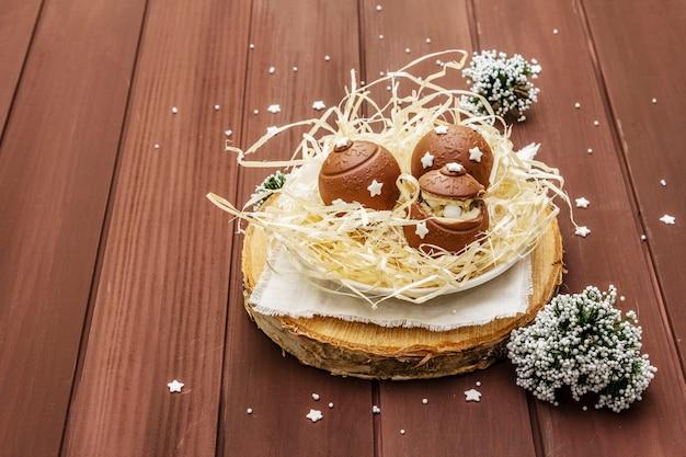 Caramelle al cioccolato fatte in casa con granelli di stelle. dessert dolce festivo per pasqua