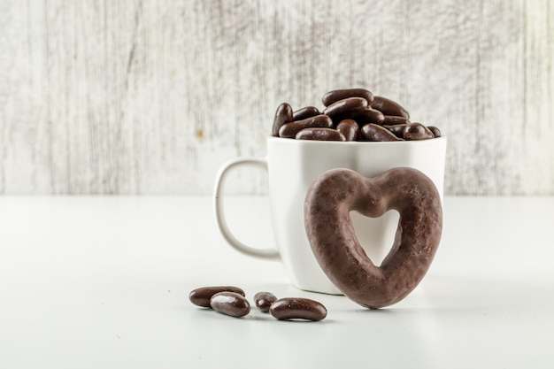 Caramelle al cioccolato in una tazza