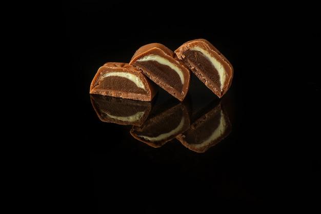 Caramelle al cioccolato sulla superficie scura