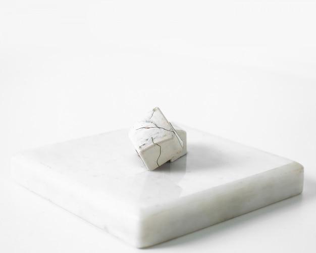 Caramelle bianche al cioccolato disegnate sulla superficie luminosa