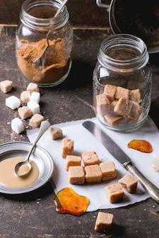 Caramelle caramellate sulla tovaglia e salsa al caramello