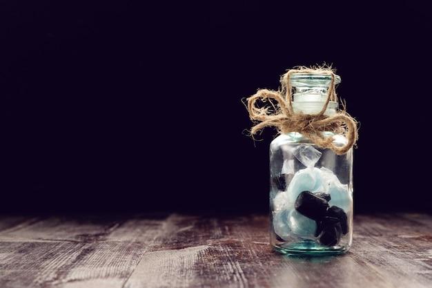 Caramelle chiuse in barattolo e legate con la corda, concetto del diabete, spazio della copia