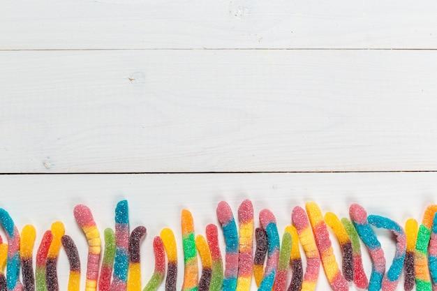 Caramelle colorate su fondo in legno