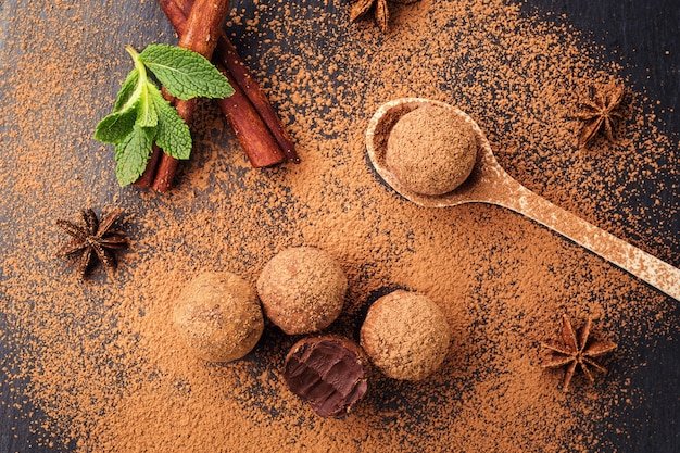 Caramelle di cioccolato al tartufo fatte in casa con energia fresca e cacao in polvere fatte da cioccolatiere