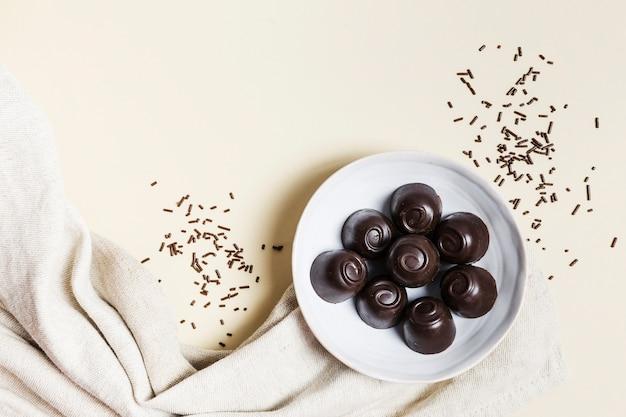 Caramelle di cioccolato di vista superiore in una ciotola