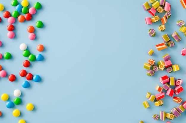 Caramelle di cioccolato multicolori sparse