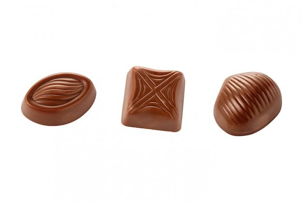 Caramelle di cioccolato su uno spazio bianco