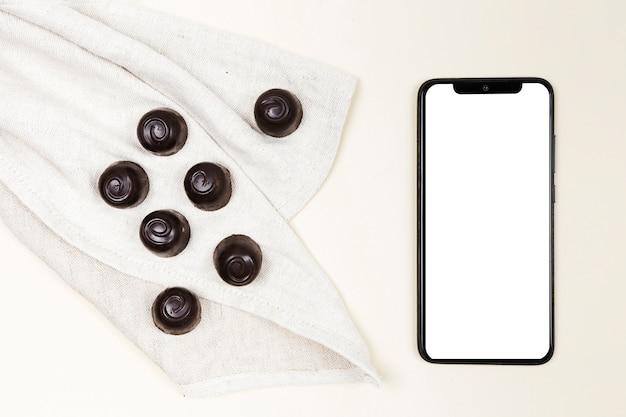 Caramelle di cioccolato vista dall'alto con smartphone