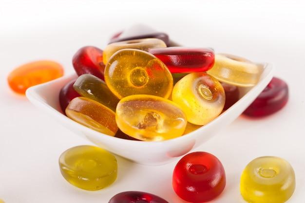Caramelle di gelatina su un bianco