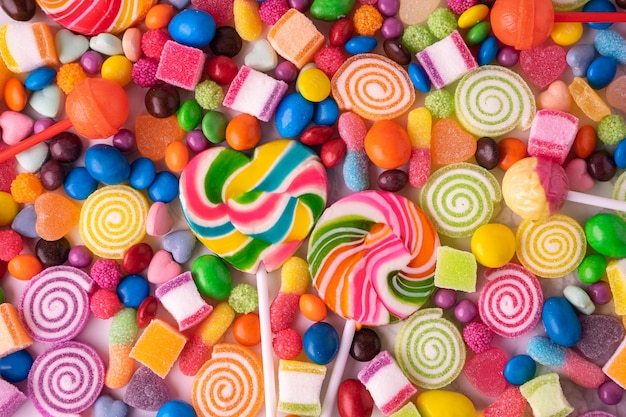 Caramelle di lecca-lecca e gelatina di zucchero multi colorati, caramelle colorate