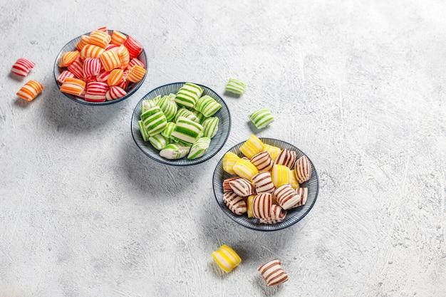 Caramelle di zucchero colorate differenti, vista dall'alto