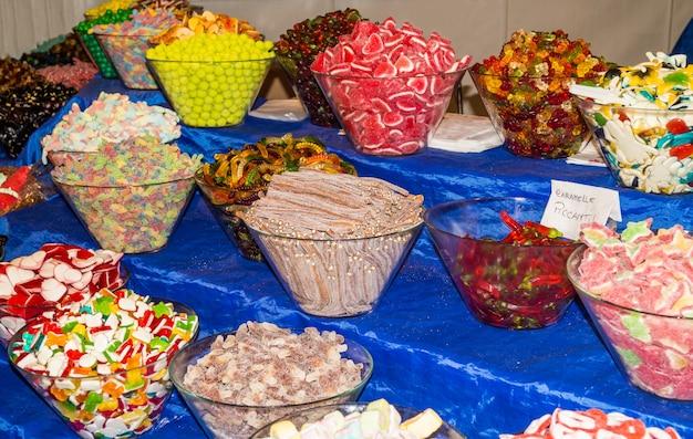 Caramelle di zucchero dolce su una tabella del negozio del mercato di strada