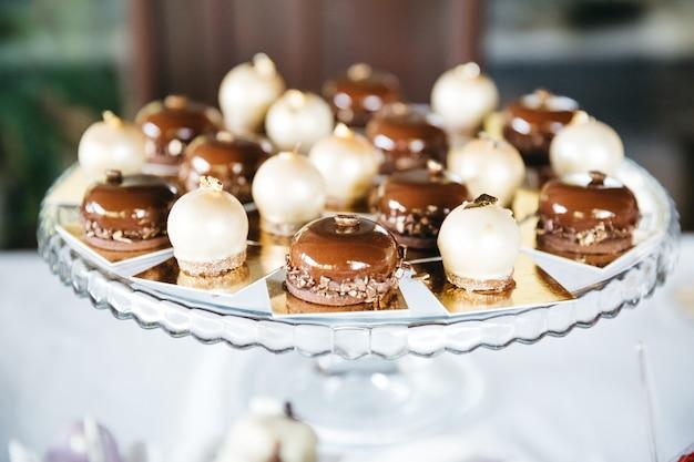 Caramelle dolci al caramello per la decorazione della tavola