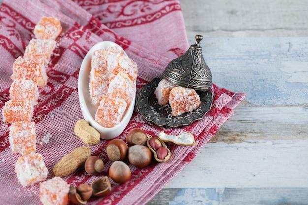 Caramelle e noci arancioni della gelatina