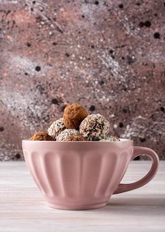 Caramelle fatte a mano da frutta secca cosparsi di cacao, grani di lino,