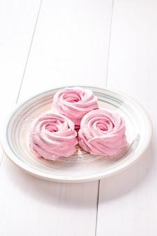 Caramelle gommosa e molle rosa casalinghe sul piatto
