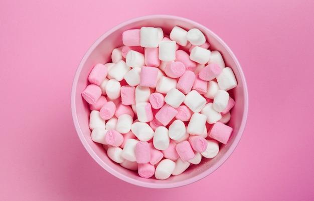 Caramelle gommosa e molle sul rosa