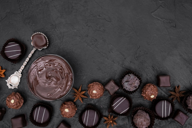Caramelle piatte e cioccolato fuso con spazio di copia