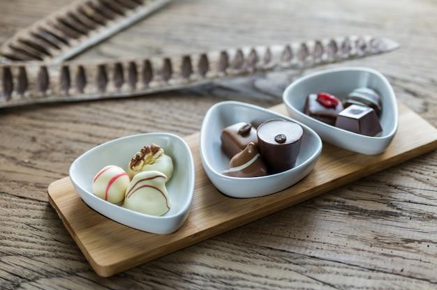 Caramelle svizzere al cioccolato in ciotole