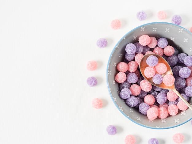 Caramelle viola e rosa in ciotola