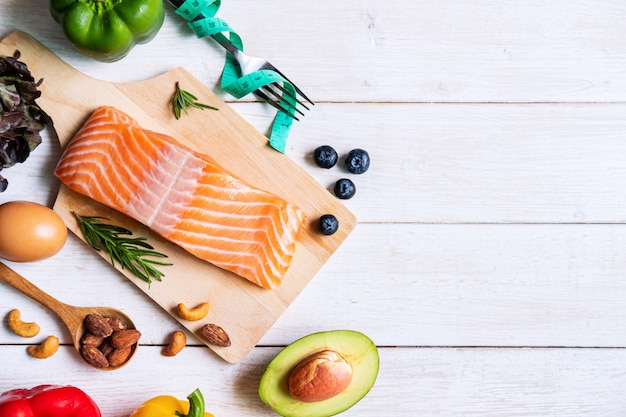 Carb basso dell'alimento di cibo sano, concetto di dieta chetogenica con lo spazio della copia, vista superiore