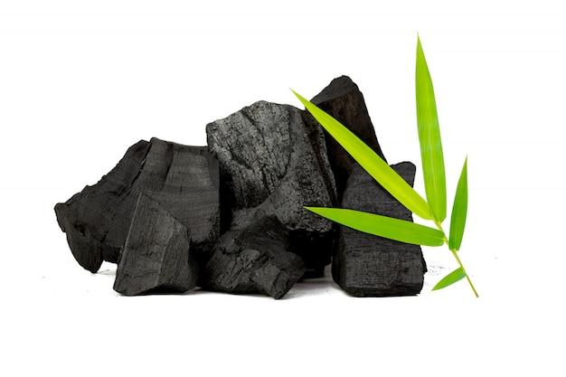 Carbone di bambù naturale isolato su bianco