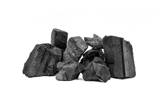 Carbone di legna di legno naturale o carbone di legno duro tradizionale isolato su bianco