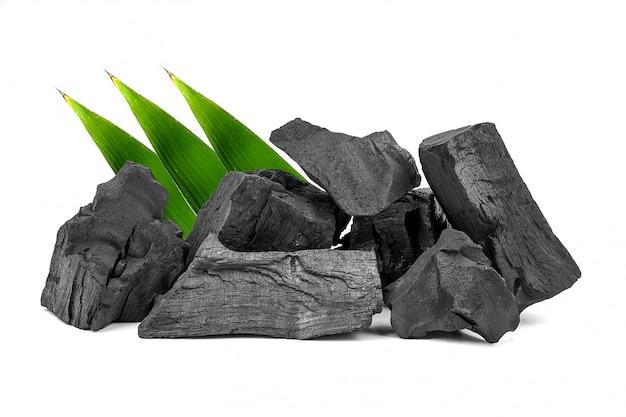 Carbone di legna di legno naturale o carbone di legno duro tradizionale isolato su fondo bianco.