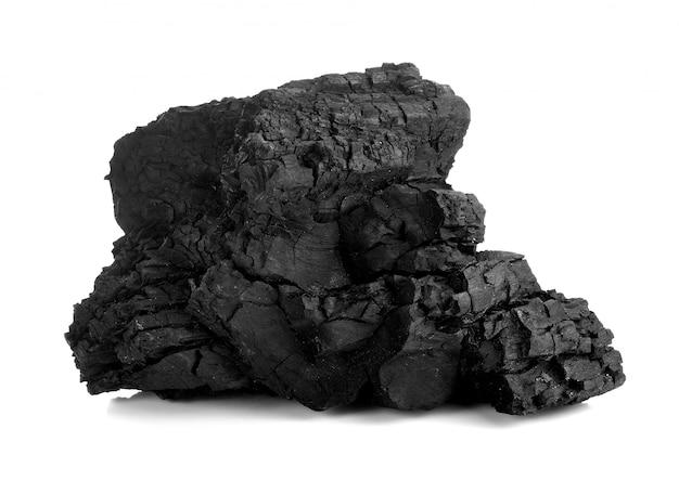 Carbone di legna naturale isolato su carbone bianco, tradizionale o duro legno, isolato su sfondo bianco