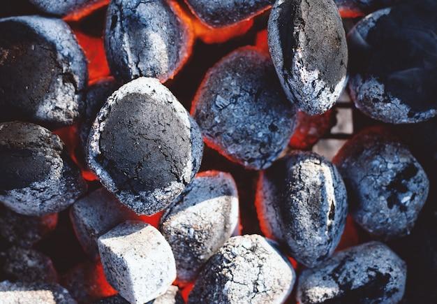 Carboni ardenti neri