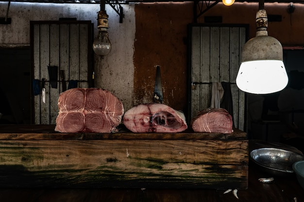 Carcassa di tonno rosso a fette sul tavolo