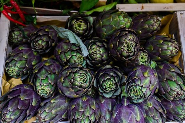 Carciofi coltivati naturali su un banco di mercato