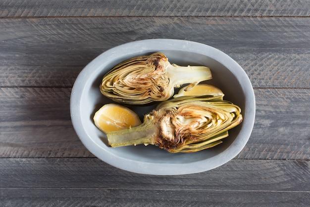 Carciofi e limoni sul piatto. questo prodotto ha una delle più alte capacità antiossidanti