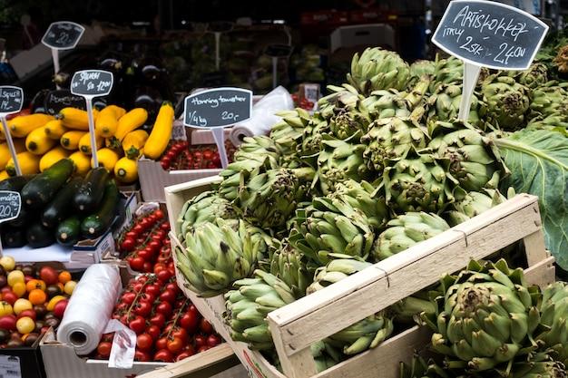 Carciofi freschi sul mercato