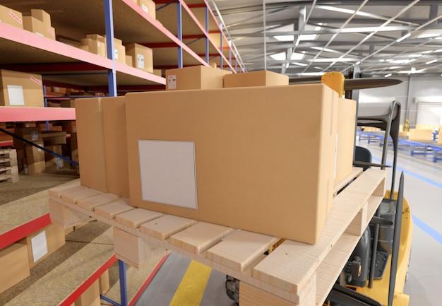 Cardbox in un magazzino -