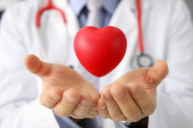 Cardiologo clinico che mostra campione