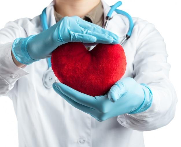 Cardiologo femminile in uniforme che giudica cuore rosso isolato